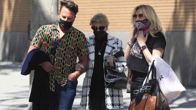 Mila Ximénez junto a Belén Rodríguez y otro amigo durante un paseo por Madrid.