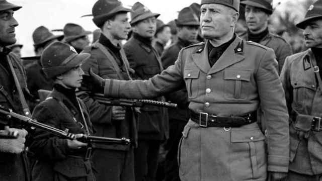 Benito Mussolini realizando una revisión de tropas en 1945.