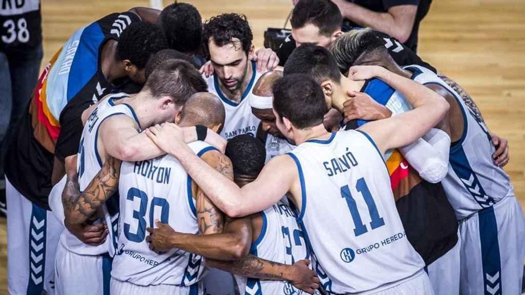 Piña de los jugadores de San Pablo Burgos