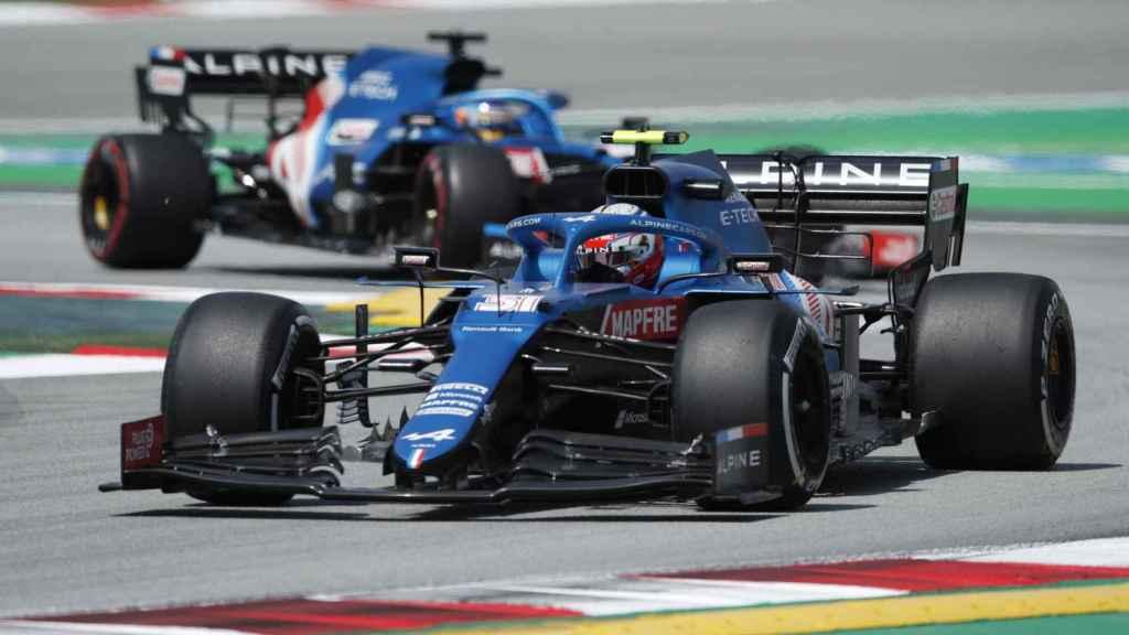 Ocon rodando por delante de Fernando Alonso en el Gran Premio de España de Fórmula 1