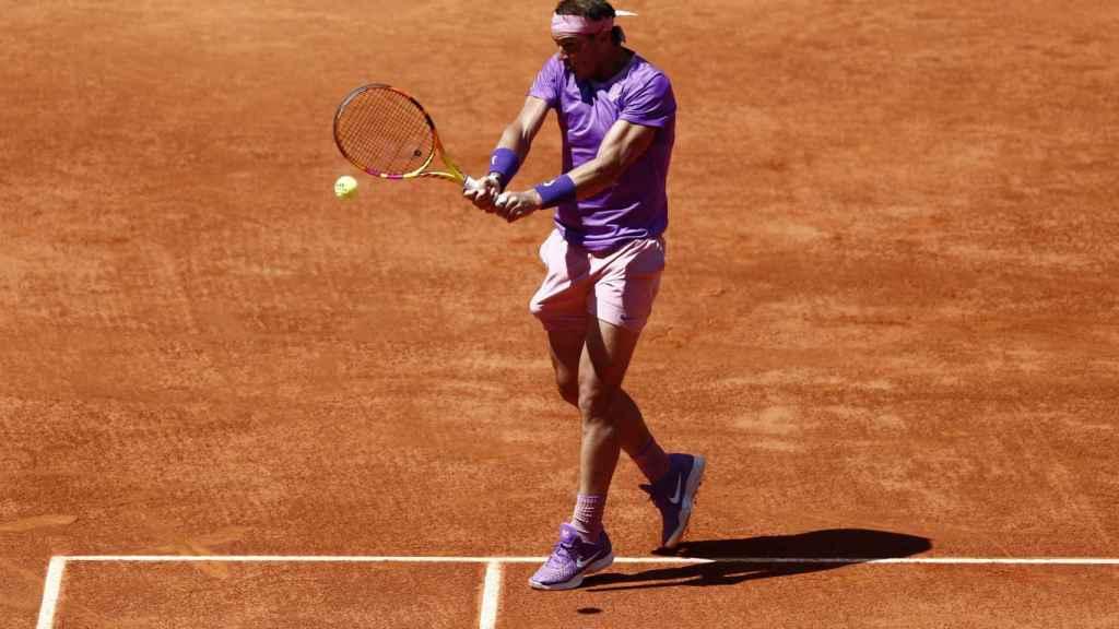 Nadal ejecuta un revés ante Zverev bien plantado en la pista