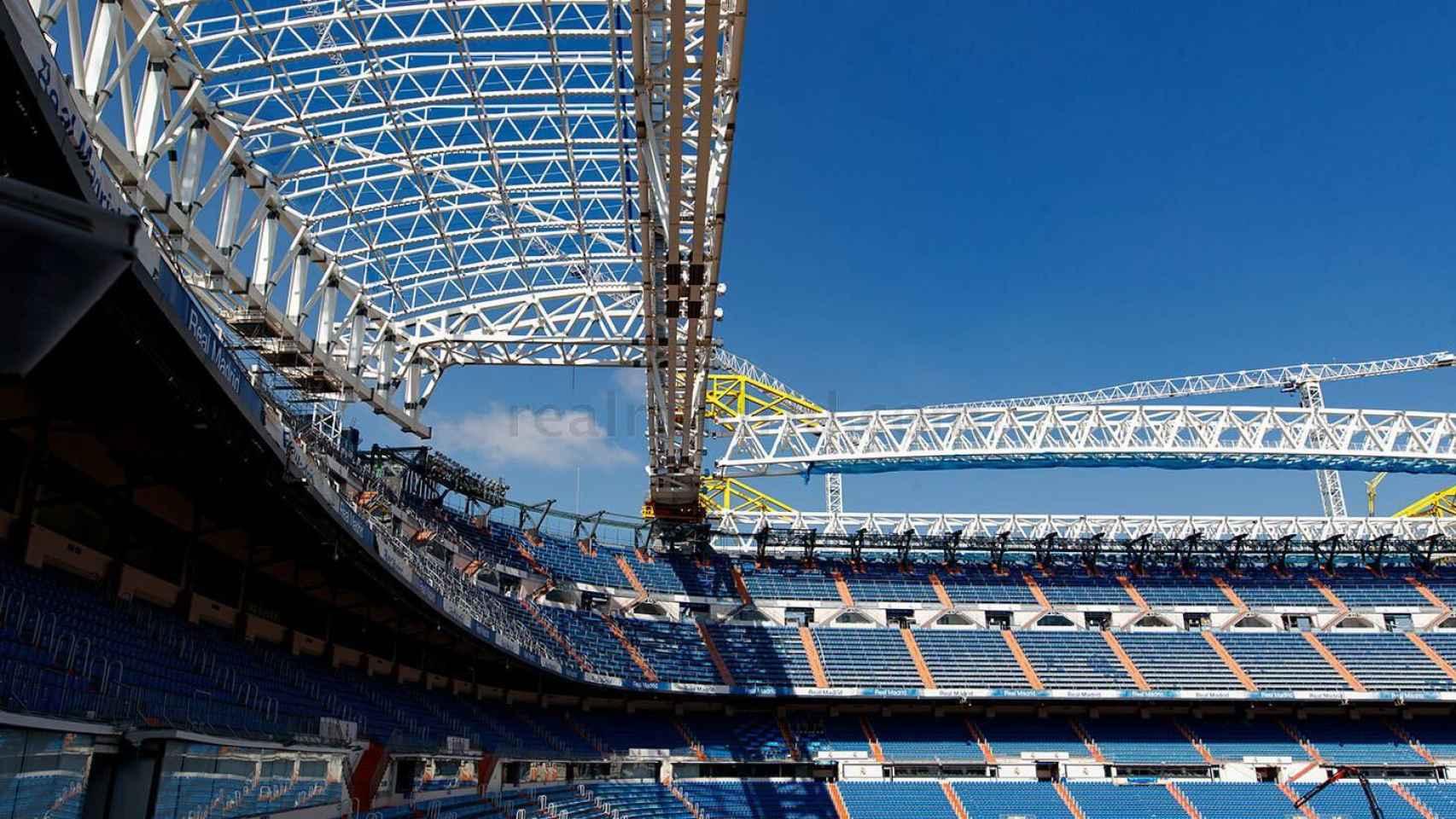 La cubierta del Santiago Bernabéu, fotografiada desde el interior