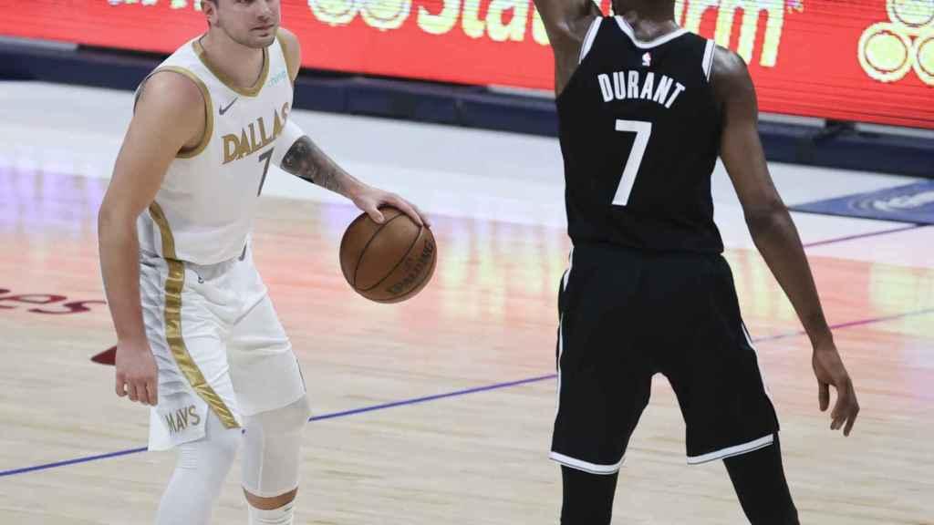 Luka Doncic defendido por Kevin Durant