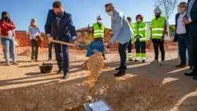 El presidente de Castilla-La Mancha, Emiliano García-Page, coloca este viernes en la localidad guadalajareña de Cifuentes la primera piedra del nuevo Centro de Salud del municipio