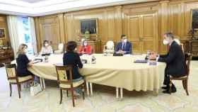 Pedro Sánchez y las cuatro vicepresidentas presentan al Rey el Plan de Recuperación en Zarzuela.
