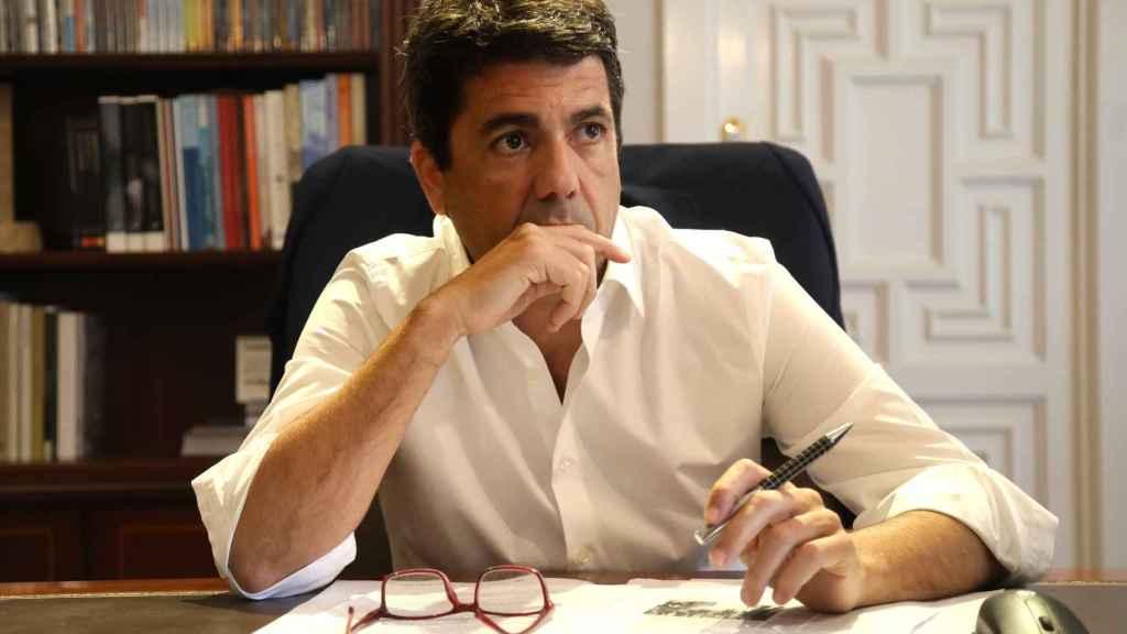 Carlos Mazón, trabajando en su despacho de la Diputación de Alicante.