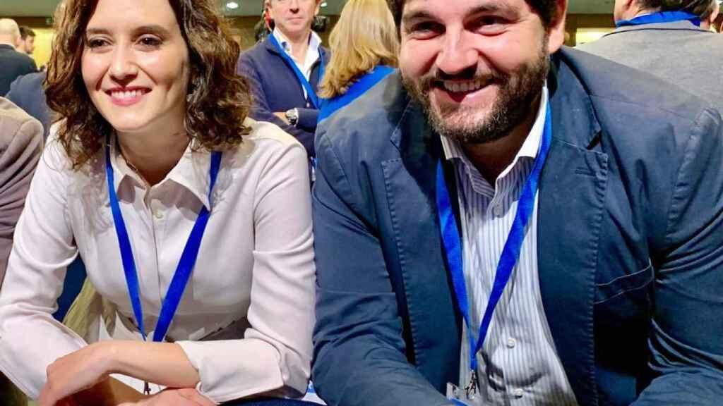 Isabel Díaz Ayuso y Fernando López Miras, posando juntos, en una foto que el líder del PP murciano publicó el 4M en Twitter.