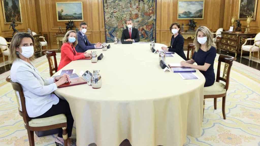 Reunión del rey Felipe VI con el presidente del Gobierno, Pedro Sánchez, y las vicepresidentas Teresa Ribera, Nadia Calviño, Carmen Calvo y Yolanda Díaz.