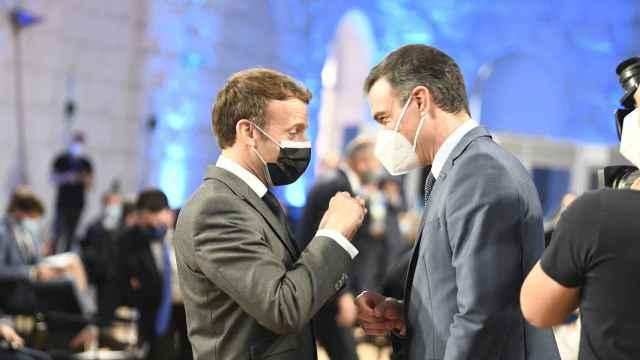 Pedro Sánchez saluda a Emmanuel Macron durante la cumbre de Oporto