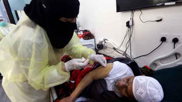 Un hombre saudí recibe la vacuna contra el coronavirus en Riad.