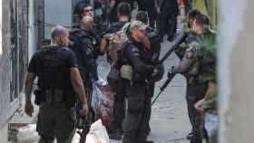 Los agentes policiales en la favela Jacarezinho.