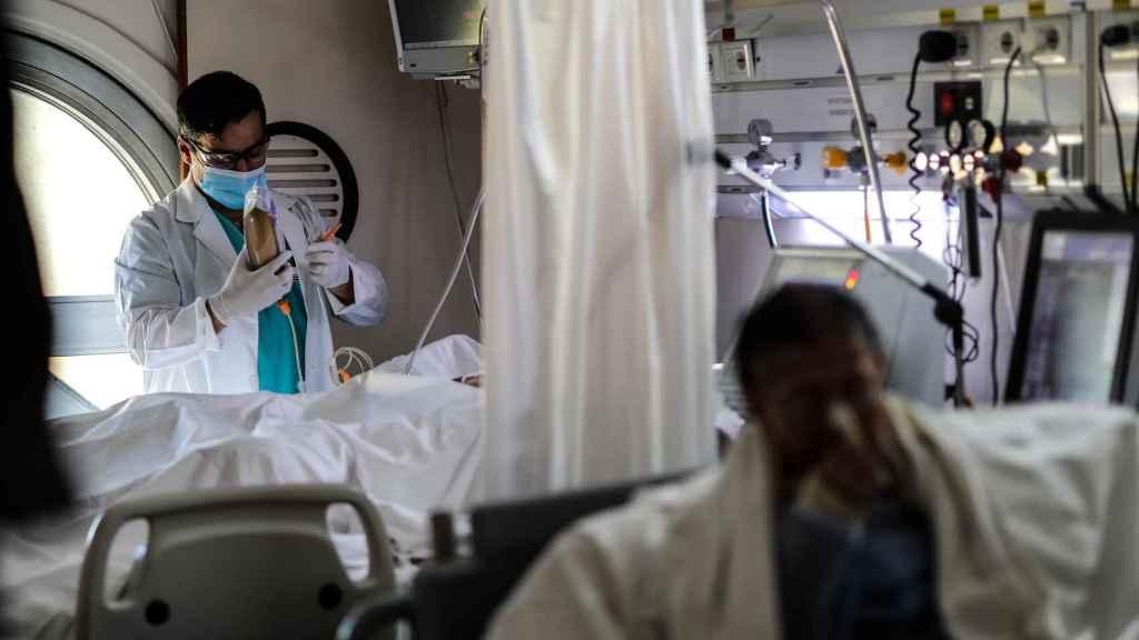 Personal medico realiza controles a sus pacientes en una Unidad de Cuidados Intensivos en un hospital de Buenos Aires.