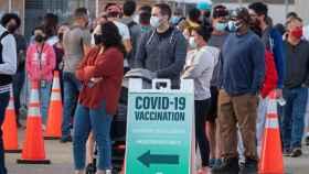 Una cola para la vacunación en Miami.