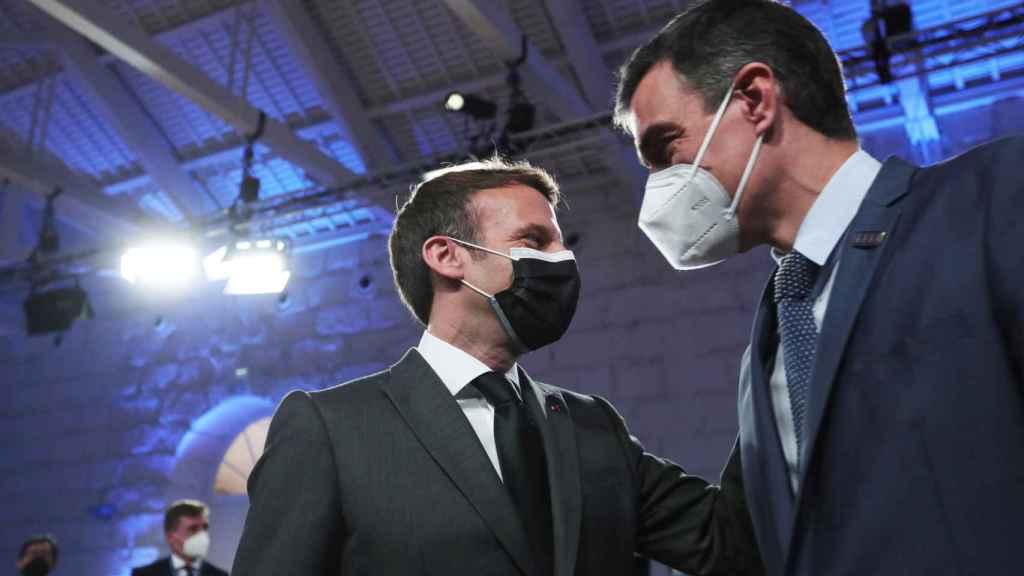 Emmanuel Macron saluda a Pedro Sánchez durante la cumbre social de Oporto