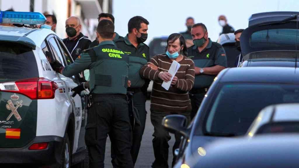 Momento en que la Guardia Civil detiene al sospechoso en Los Santos de Maimona (Badajoz)
