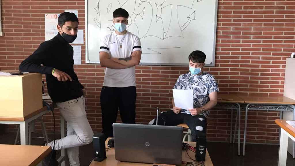 Mario García, Eric Castellanos y Andrés Felipe Cárdenas, integrantes de Now is the Future, uno de los equipos ganadores de Reto Futuro con su aplicación 'Reset' para superar adicciones.