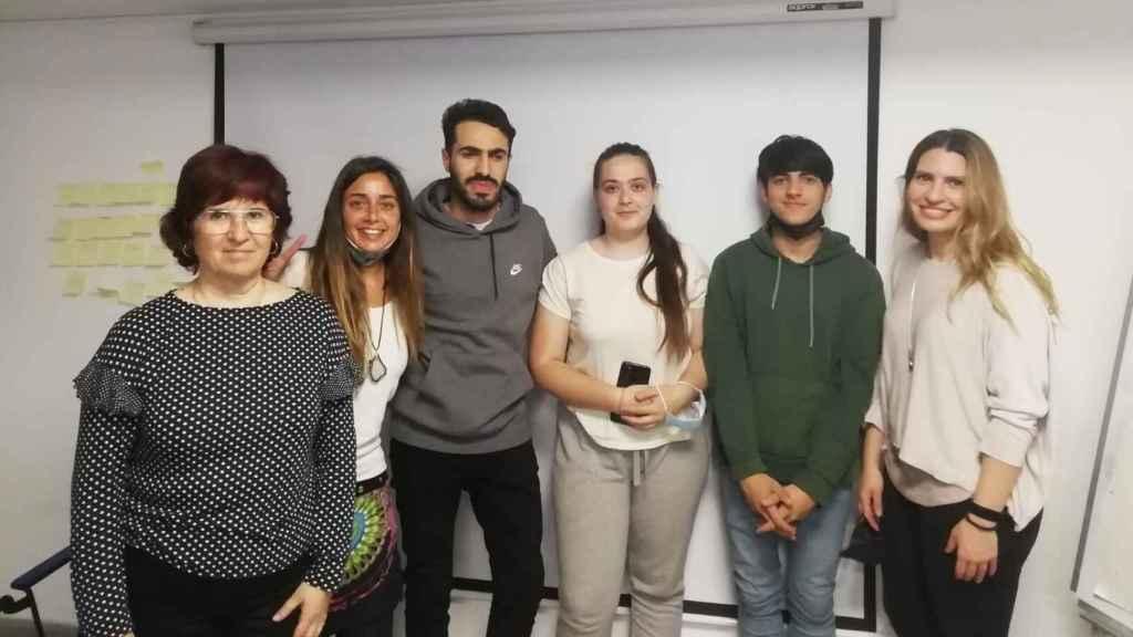 Abdelali El Khoulati, Naiara Martínez y Aran Suris, integrantes de Els Trastos -uno de los equipos ganadores de Reto Futuro- con sus educadoras y facilitadoras.