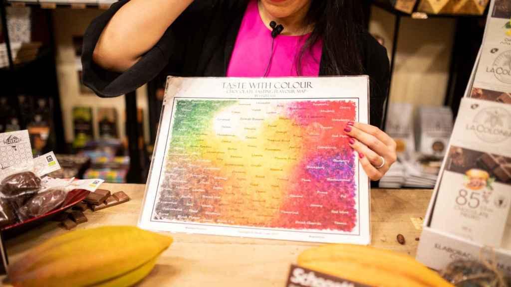 Helen López, experta en chocolates, muestra todos los matices que se pueden percibir al comerlos.