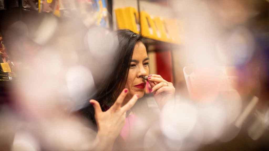 Helen López, directora del Salón Internacional del Chocolate de Madrid, huele cada onza antes de probarla.
