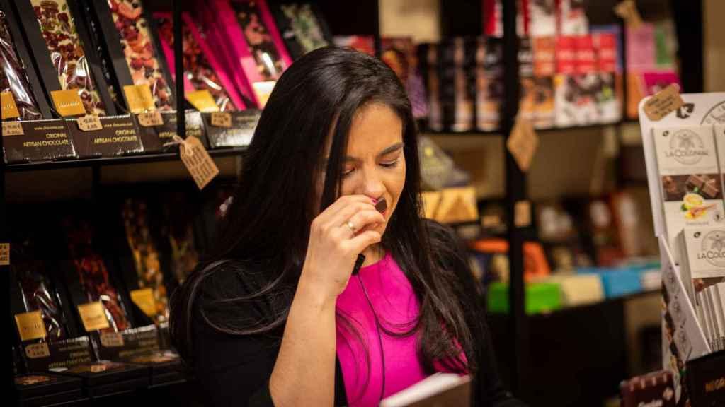 Cuando Helen López huele cada chocolate suele cerrar los ojos para concentrarse en sus aromas.