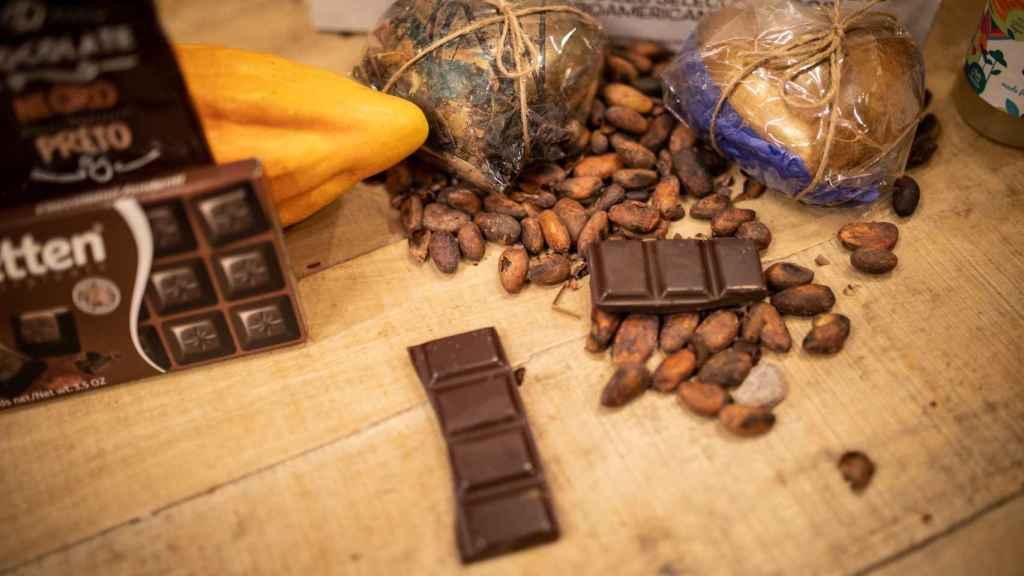 Helen, directora del Salón Internacional del Chocolate de Madrid, analiza seis chocolates negros para EL ESPAÑOL.