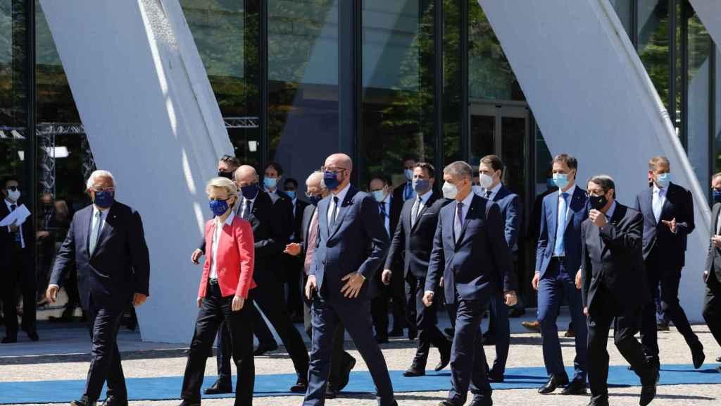 Los líderes europeos, camino de su foto de familia este sábado en Oporto