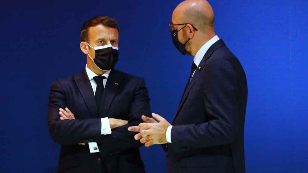 Emmanuel Macron conversa con Charles Michel este sábado durante la cumbre de Oporto