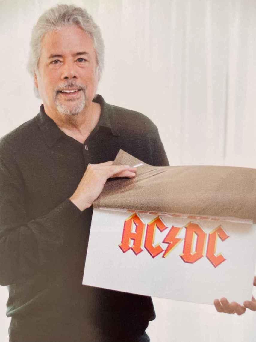 Gerard Huerta, con el logotipo que hizo ricos a los de AC/DC.