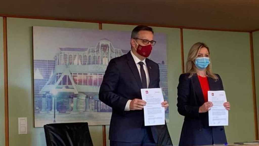 Diego Conesa, PSOE, y Ana Martínez Vidal, Ciudadanos, firmando el frustrado pacto de Gobierno en la Asamblea Regional.