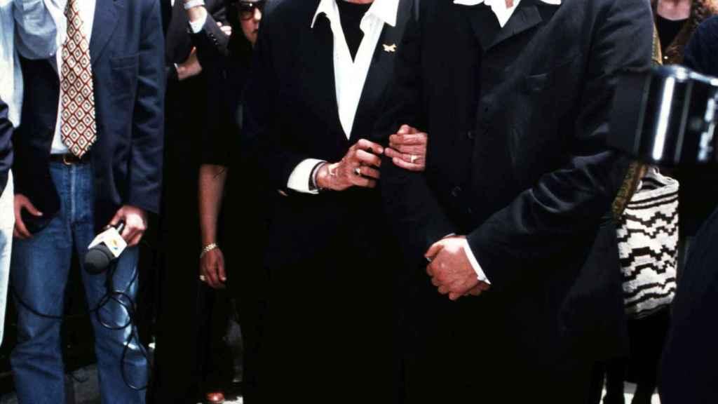 Miguel Bosé junto a Rosario Primo de Rivera, última esposa del torero, durante el funeral de este.