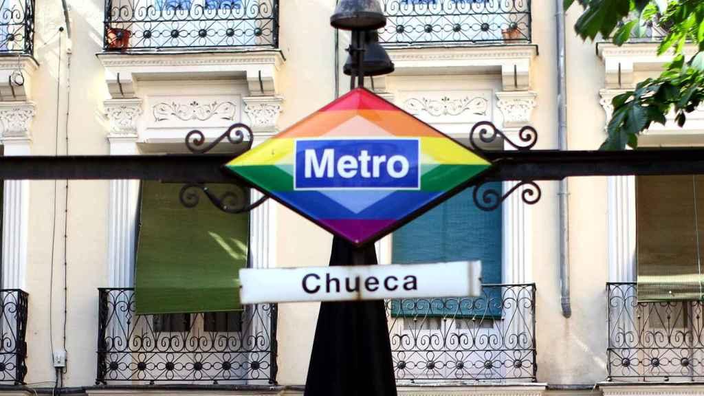 Insigne boca de metro en la Plaza de Chueca.