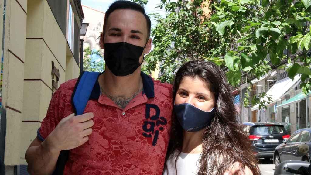 Una pareja que pasea por el barrio de Chueca admite su debilidad por Ayuso.