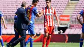Busquets (Barça) se levanta tras un golpe con Savic (Atlético)