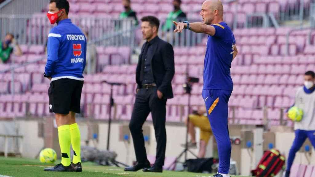Simeone dando indicaciones al Atlético en el duelo ante el Barça