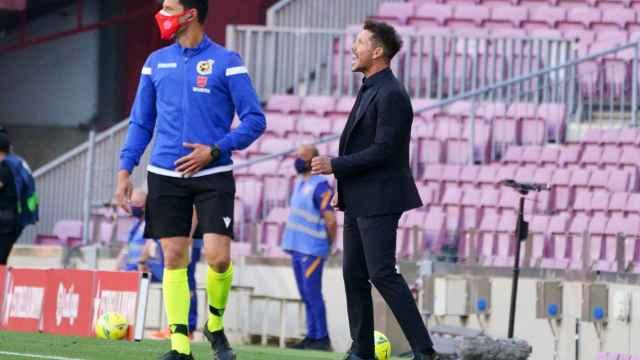 Simeone dando indicaciones en la banda del Camp Nou