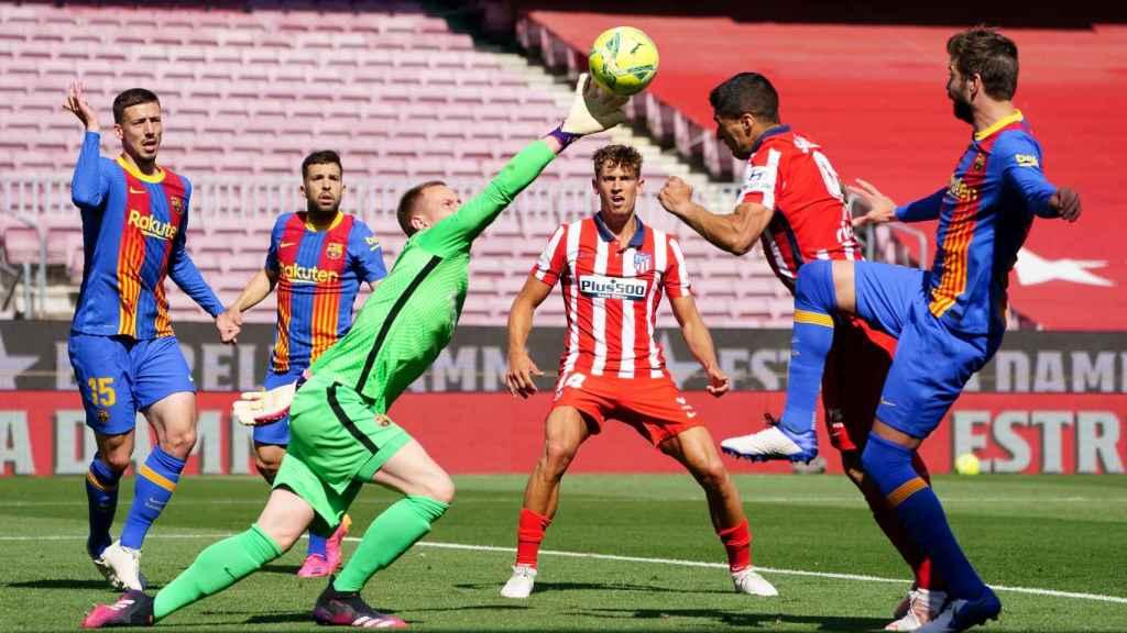 Ter Stegen (Barça) intenta despejar con el puño un balón suelto ante el Atlético