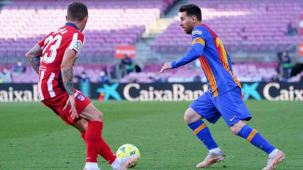 Messi (Barça) encarando a la defensa del Atlético