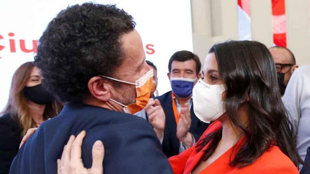 Edmundo Val abrazándose con Inés Arrimadas tras el descalabro del 4M.