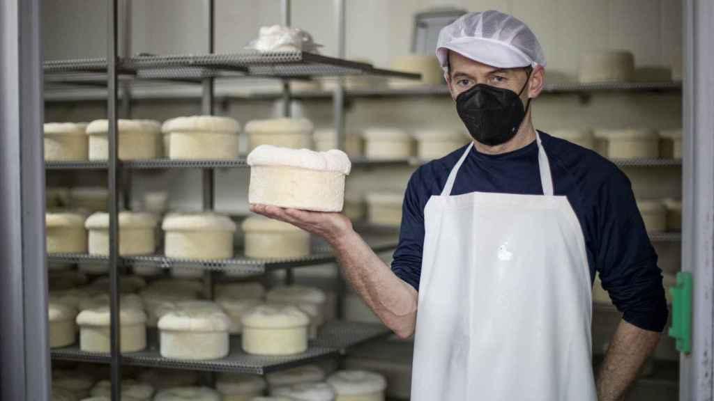 El maestro quesero, Carlos Reija, con su queso D.O.P. Cebreiro madurado.