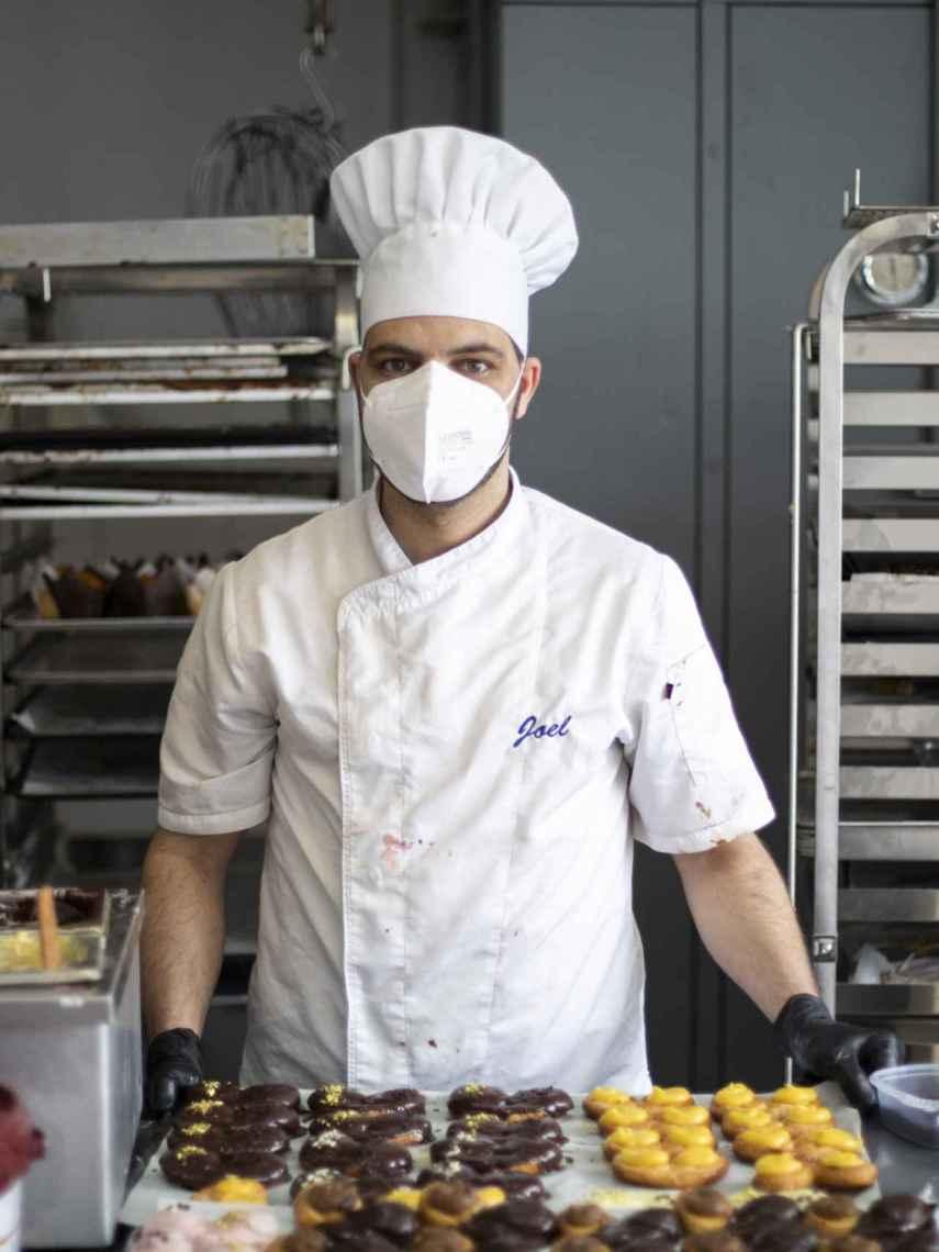 Joel, maestro repostero de Forno de Lugo, con sus creaciones en el 'laboratorio de ilusiones'.