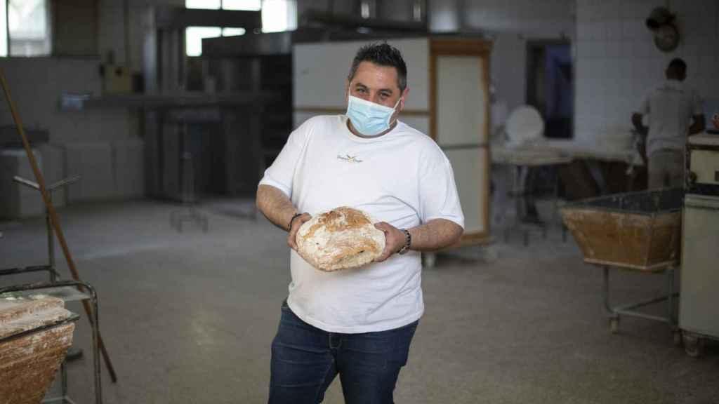 Héctor Pérez, dueño de la cadena Forno de Lugo, con un pan artesanal en el obrador central.