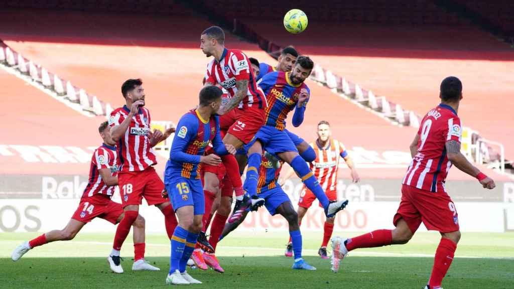 Barça y Atlético pelean un balón por alto