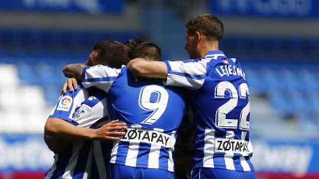 Joselu celebra su gol con sus compañeros