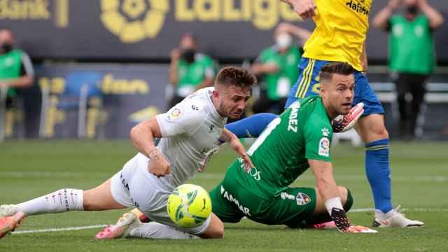 Álvaro Fernández observa como el balón se cuela en su portería