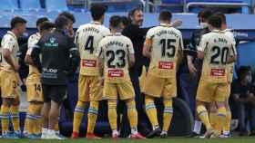 Los jugadores del Espanyol hablando con Vicente Moreno