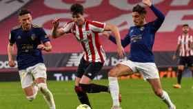 Athletic y Osasuna peleando un balón