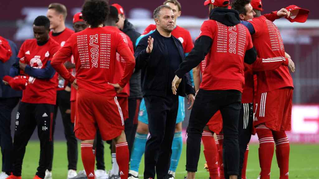 Hans-Dieter Flick felicita a sus jugadores del Bayern Múnich por el triunfo