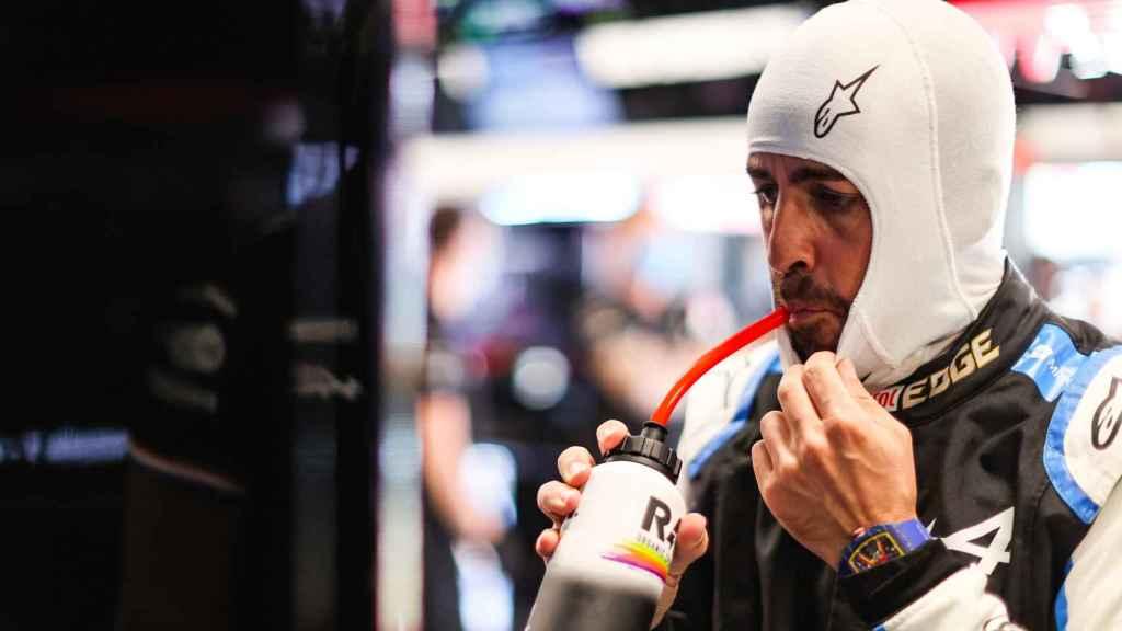 Fernando Alonso se hidrata en el box de Alpine