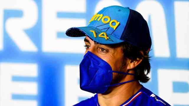 Fernando Alonso atiende a la prensa en el Gran Premio de España de Fórmula 1