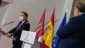 Emiliano García-Page y el consejero de Sanidad, Jesús Fernández, en la rueda de prensa de este sábado en el palacio de Fuensalida